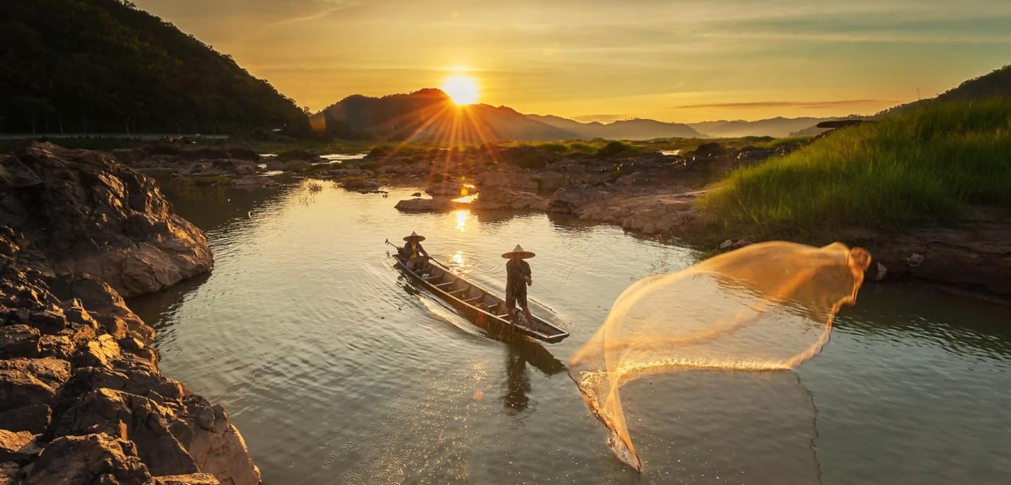 דייג קמבודי פורש רשתו על המקונג